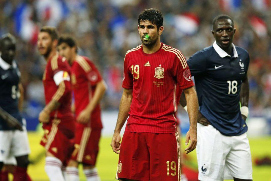 Un fan s'amuse avec un laser sur le visage de Diego Costa lors du match amical entre la France et l'Espagne.