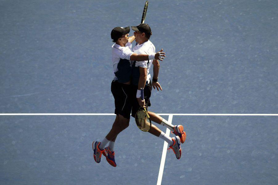 Bob et Mike Bryan célèbrent à leur façon leur victoire en demi-finale de double à l'U.S. Open. Ils ont également triomphé en finale.