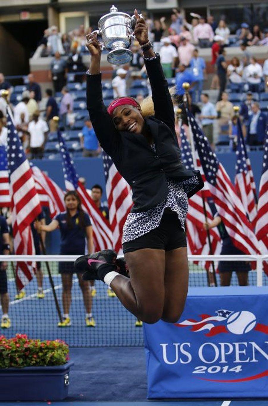 Serena Williams est fière de son nouveau trophée. L'Américaine, tombeuse de Caroline Wozniacki, a remporté l'U.S Open dimanche.