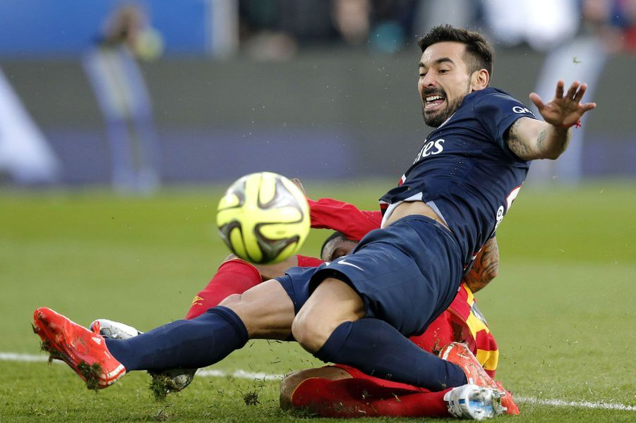 Ezequiel Lavezzi (Paris St Germain) rate une occasion face Ludovic Baal (RC Lens) lors d'un match de Ligue 1 au Parc des Princes.