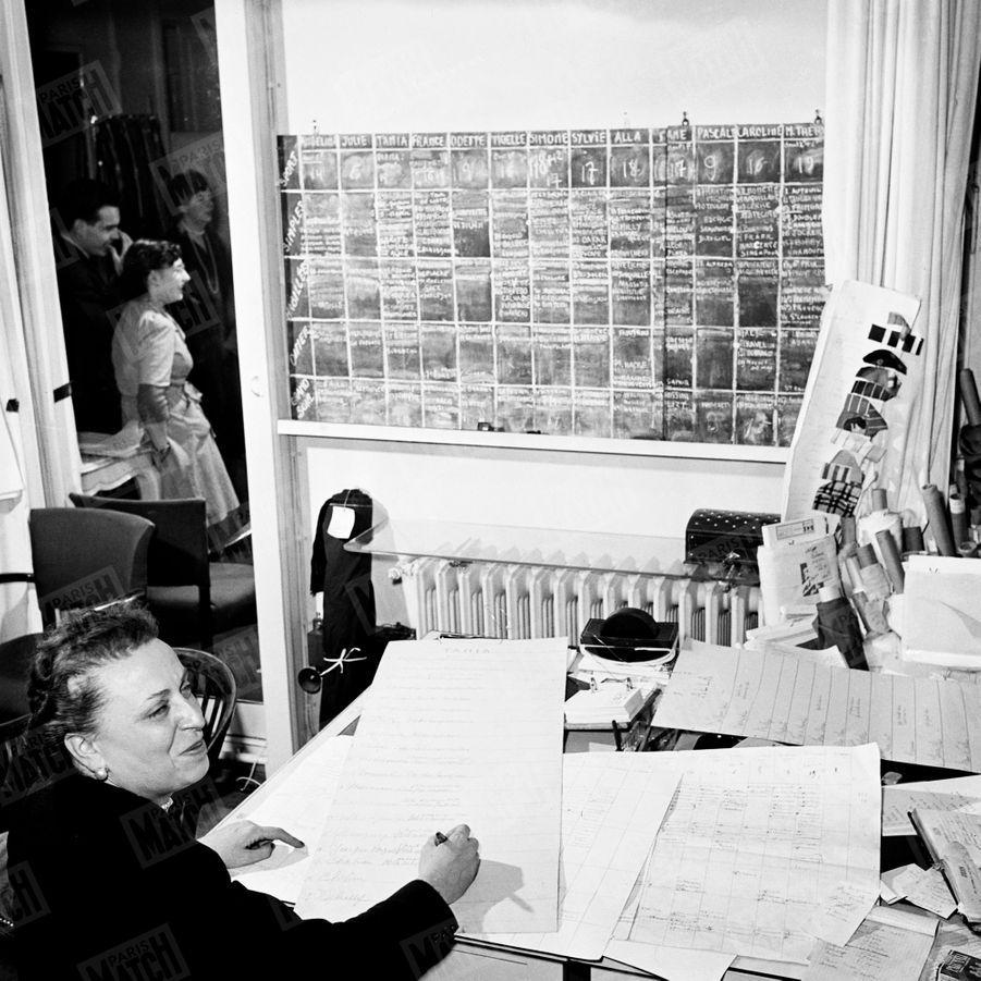 « Le tableau de répartition des robes de la collection entre les treize mannequins qui doivent les présenter. Dior a choisi des noms de musiciens célèbres. » - Paris Match n°47, 11 février 1950