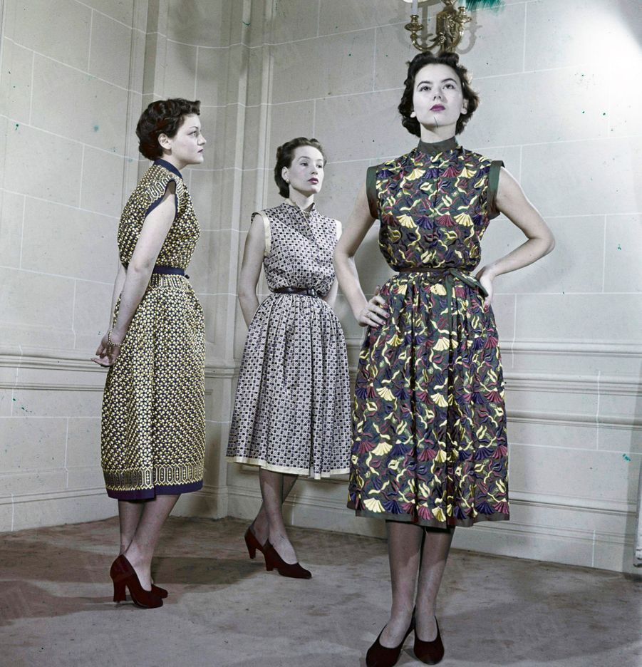 « Robes d'après-midi en deux pièces (Dior). Tissu entièrement brodé à la machine. Inspiration hindoue. Pas de manches. Petit col officier. Jupe sans boutonnage, nouée à la taille. » - Paris Match n°48, 18 février 1950