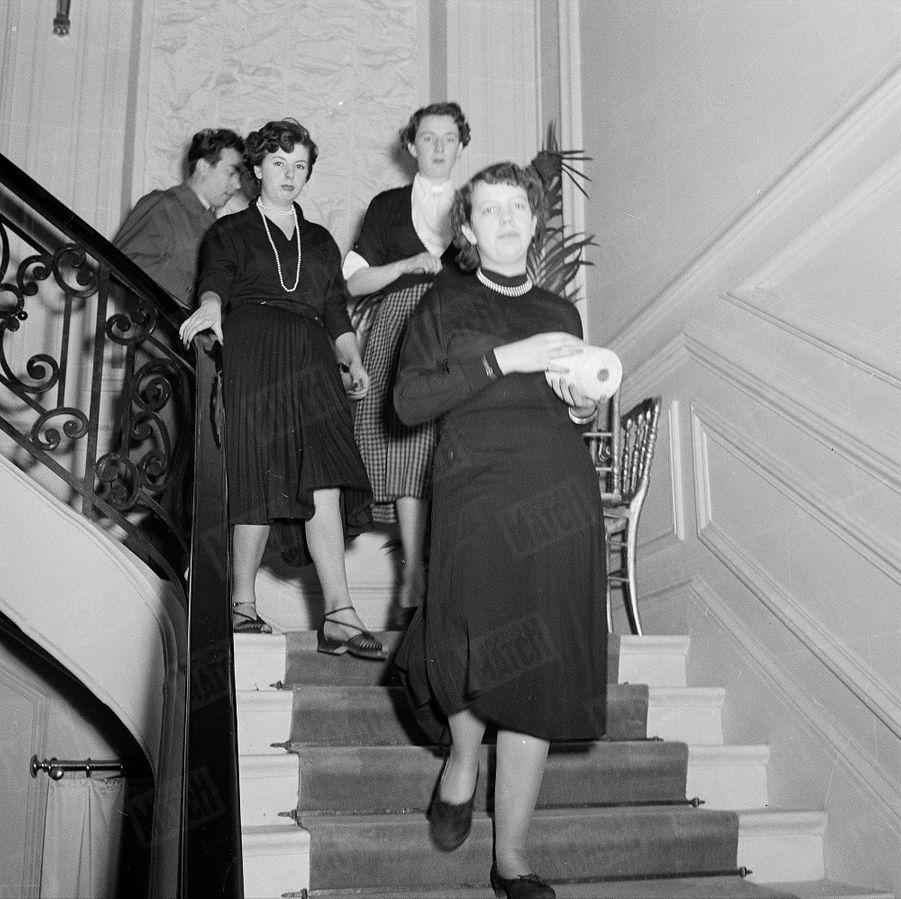 Des couturières de la maison Dior, avenue Montaigne, en février 1950.