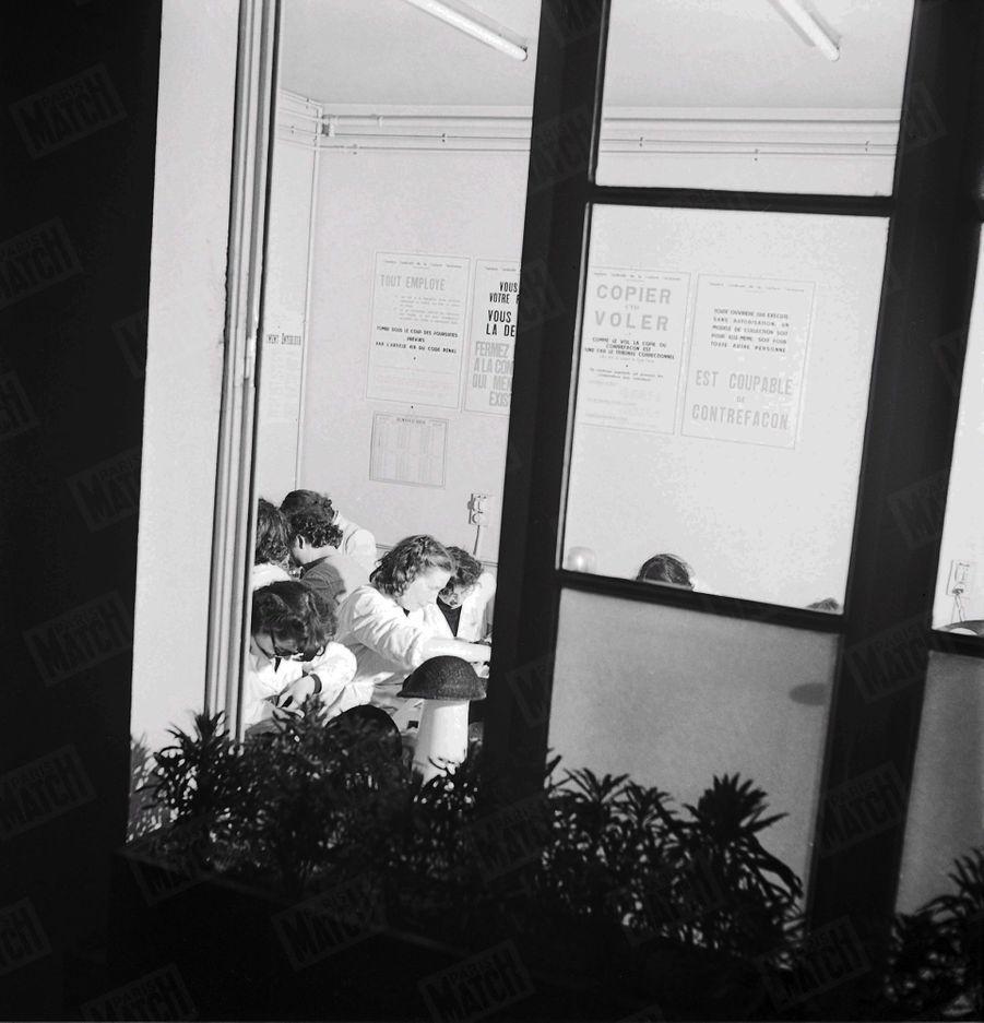« 'Copier c'est voler !' disent les pancartes affichées dans les ateliers, les salons d'essayage et les cabines de chaque mannequin. » - Paris Match n°47, 11 février 1950