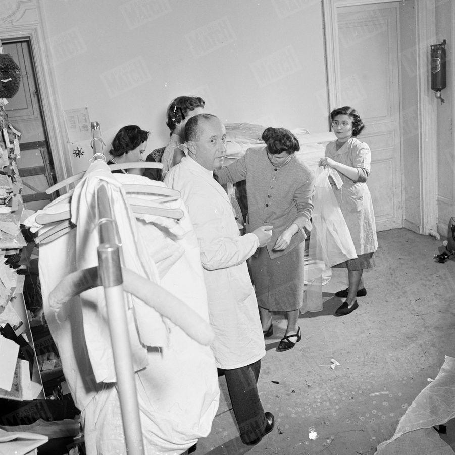 Dans l'atelier de Christian Dior en février 1950.