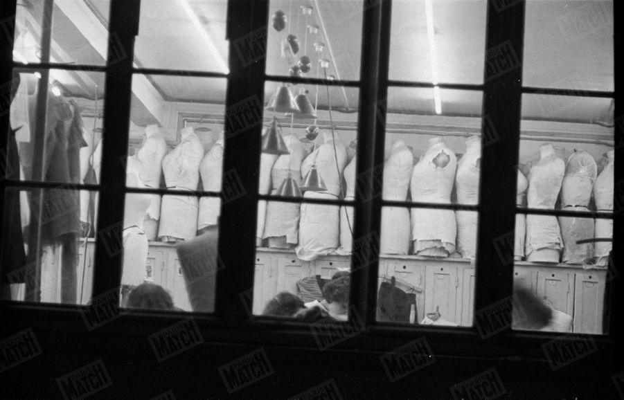 « Les mannequins aux mesures des clientes. Ils ont été mis de côté et, pour la nouvelle collection, on travaille sur les mannequins aux mesures des mannequins. » - Paris Match n°47, 11 février 1950
