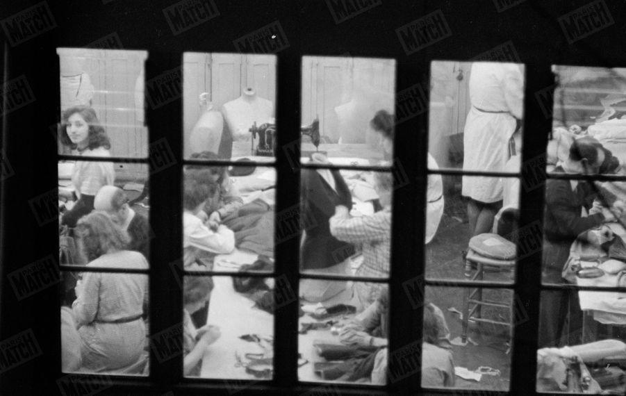 « Nos photos ont été prises au téléobjectif avenue Montaigne et dans la cour où sont les ateliers, durant la nuit du coup de feu où tout le personnel est au travail jusqu'à l'aube. » - Paris Match n°47, 11 février 1950