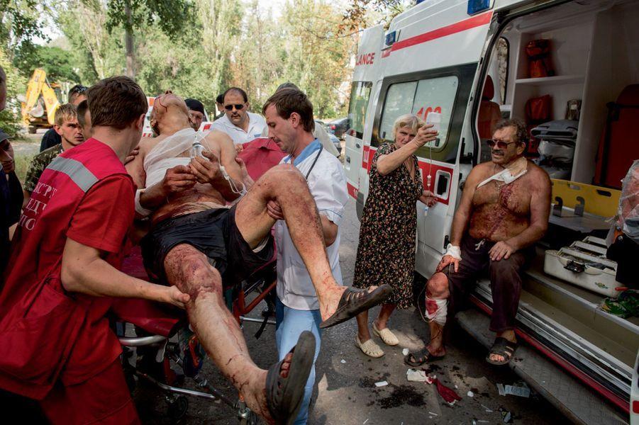 Le 25 août, après un bombardement dans le quartier Troudovsky, au sud-ouest de Donetsk. Ce sont des civils qui amènent les blessés jusqu'aux véhicules de secours. Les ambulanciers ne pénètrent plus dans le quartier, trop dangereux.