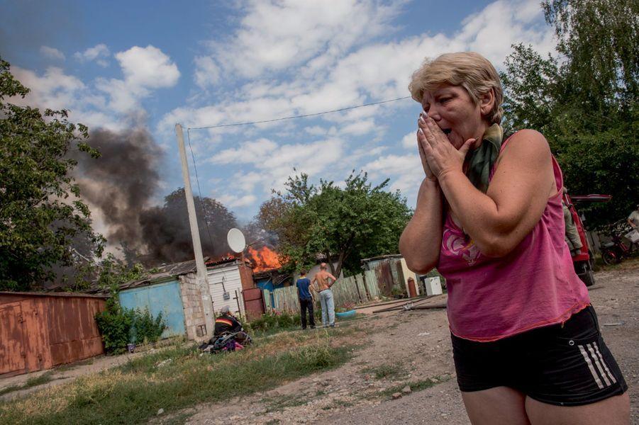Au petit matin du 24 août, Liena voit sa maison de Leninsky, au sud de Donetsk, détruite par un missile Grad, tiré par l'armée ukrainienne.L'Ukraine bombarde ses propres habitants pour reprendre la capitale de l'Etat prorusse autoproclamé.C'est l'arme la plus efficace de la propagande russe : la souffrance bien réelle de ceux qui n'ont pas les moyens de quitter Donetsk sous les bombes. De ce 24 août, jour de la fête de l'indépendance de l'Ukraine, le président Porochenko voulait faire celui de la reconquête. Mais dans la capitale du Donbass aux mains des pro-Russes, depuis le début du conflit, les missiles n'auront réussi qu'à détruire des habitations, faisant quelques morts de plus. Alors que l'idée d'un « corridor » qui permettrait à la Russie d'être géographiquement reliée à la Crimée semble désormais réalisable, Vladimir Poutine évoque la légitimité d'une « nouvelle Russie » qui retrouverait ses contours du temps des tsars. Pour l'Otan, réuni au pays de Galles, c'est l'épreuve de vérité.