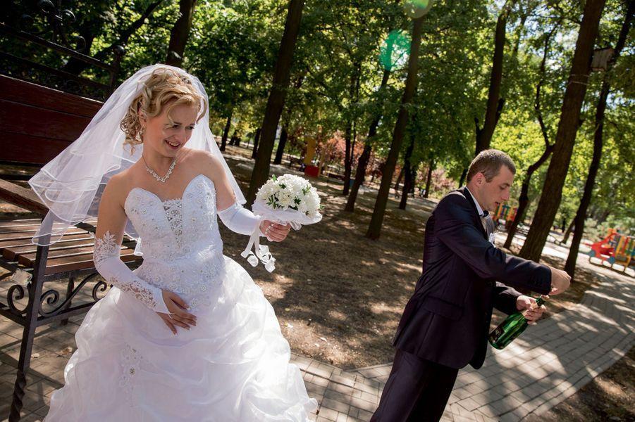 La vie Mary, 21 ans, et Andrey, 24 ans, viennent de se dire « oui », samedi 30 août. Seuls une vingtaine d'invités ont pu venir à la noce.