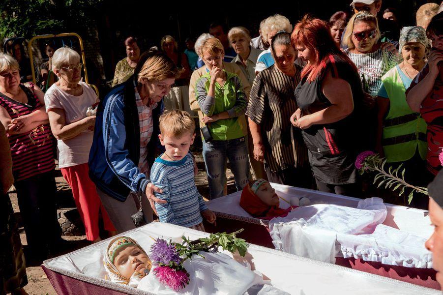 Le 26 août, les funérailles de Sacha et Kristina, tuées trois jours plus tôt dans le bombardement du quartier Kalininsky. Les icônes ceignant leur front doivent les protéger dans l'au-delà.