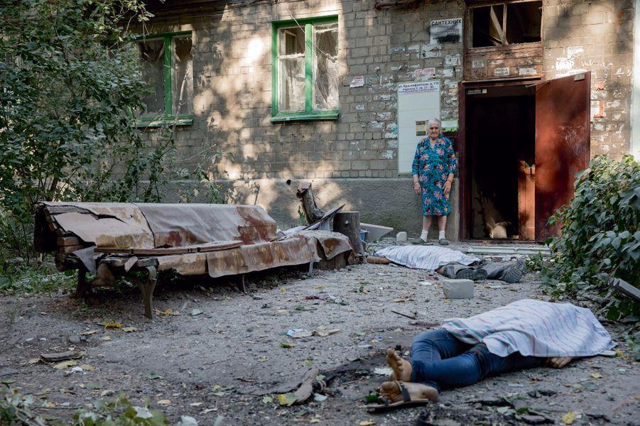 La mort vient de les surprendre alors qu'ils allaient rentrer chez eux le 23 août, à Kalininsky, un quartier de Donetsk. Criblés d'éclats d'obus, les époux Kovalenko ont succombé très vite, dans la cour. Leurs deux filles ont également été tuées.