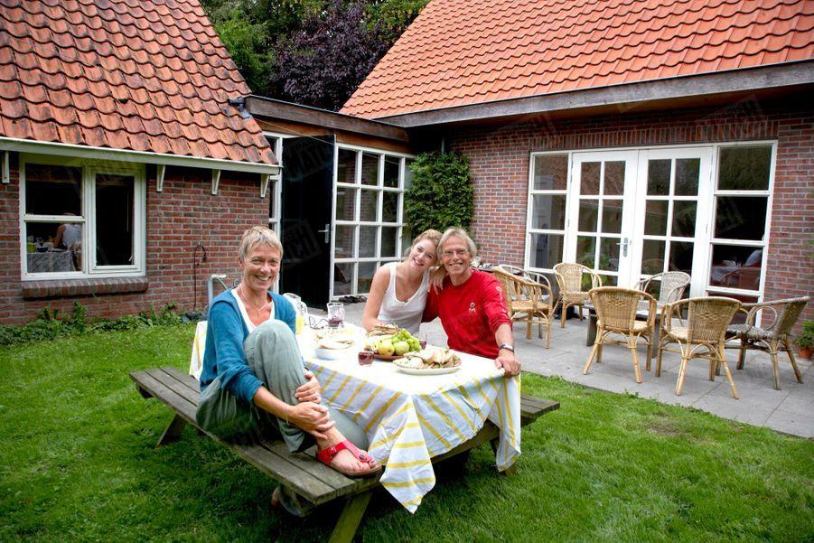 « Joseph et Geartsje Kroes avec leur fille, dans le jardin de leur maison d'Eastermar, à deux heures d'Amsterdam. Les déjeuners sont bio et typiquement hollandais : soupe et sandwichs. » - Paris Match n°3144, 20 août 2009.
