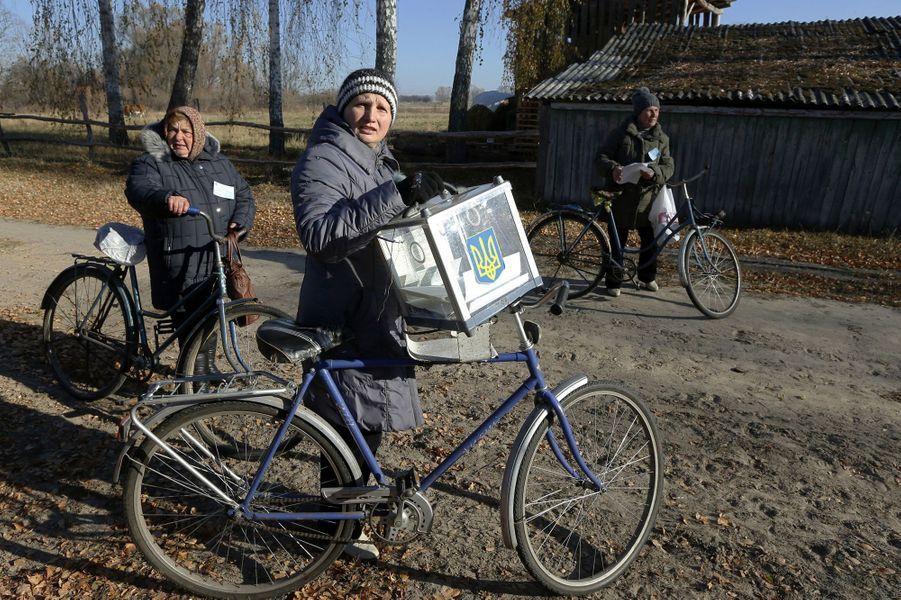 A Horodyshche, dans l'oblast de Tcherkassy, au centre du pays, des membres de la commission électorale ont apporté des bulletins pour que les habitants puissent voter.