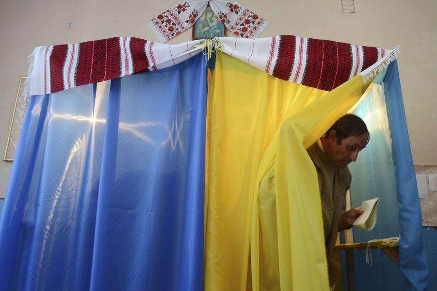 Un bureau de vote, deFiina, dans l'oblast de Lviv.