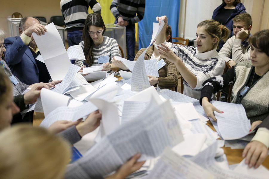 Dépouillement dans un bureau de vote de Kiev