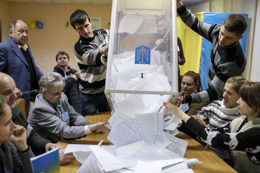 Les pro-européens peuvent sabler le champagne. Dimanche, lors des élections législatives en Ukraine, après une partie du dépouillement des bulletins, le courant conduit par Porochenko -qui comprend le parti Oudar de l'ancien champion de boxe Vitali Klitschko- a recueilli 21,69% des voix.Il se place devant le Front populaire du Premier ministre Arseni Iatseniouk (21,63%). Un autre parti pro-européen, Selfhelp, arrive en troisième position avec 10,30%.Ces résultats, s'ils sont confirmés (le comptage des bulletins est encore en cours), devraient assurer au chef de l'Etat ukrainien une majorité pro-occidentale à la Rada, le parlement ukrainien, afin de mettre en oeuvre les réformes promises. Le chef de l'Etat a remercié les électeurs pour avoir soutenu «une majorité démocratique, réformiste, pro-ukrainienne etpro-européenne». «La majorité des électeurs s'est prononcée en faveur des forces politiques qui soutiennent le plan de paix du président et la recherche d'une solution politique à la situation dans le Donbass», la région de l'est ukrainien contrôlée par les insurgés, a-t-il déclaré dans un communiqué.Le scrutin n'a pu être organisé dans les régions de l'Est contrôlées par les séparatistes pro-russes -qui ont fait savoir qu'ils organiseraient leurs propres élections début novembre- ni en Crimée, annexée en mars par la Russie. Ainsi,seuls 424 des 450 sièges de la Rada devraient être pourvus, les autres restant vacants.