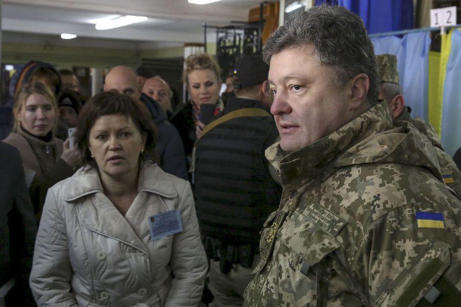 En tenue militaire, le président a visité des bureaux de vote, comme ici dans la ville de Kramatorsk, dansl'oblast de Donetsk.