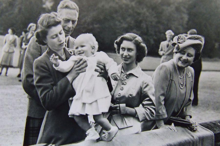 La princesse Elizabeth avec la princesse Anne, la princesse Margaret, le roi George VI et son épouse la reine Elizabeth (août 1951)