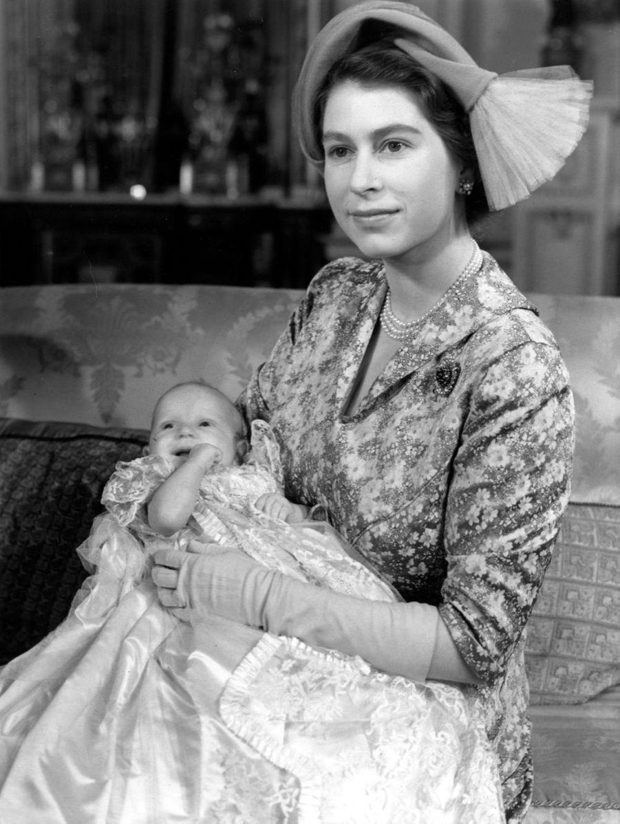 La princesse Elizabeth avec la princesse Anne lors de son baptême (octobre 1950)