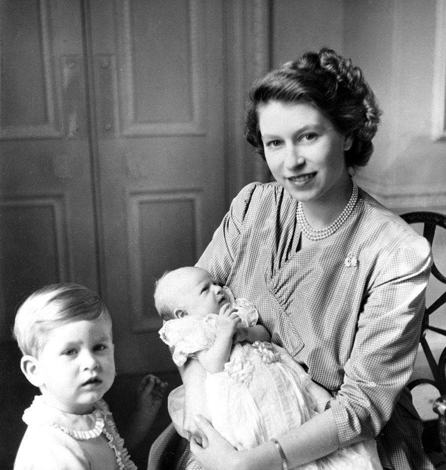 La princesse Elizabeth avec le prince Charles et la princesse Anne (septembre 1950)