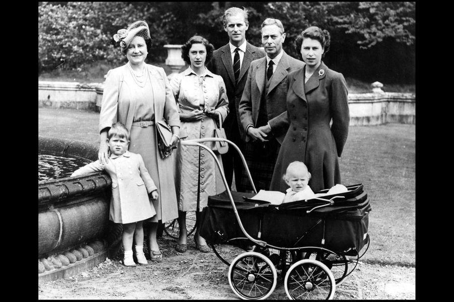 La princesse Elizabeth avec le prince Philip, le prince Charles et la princesse Anne, la princesse Margaret, le roi George VI et son épouse la rein...