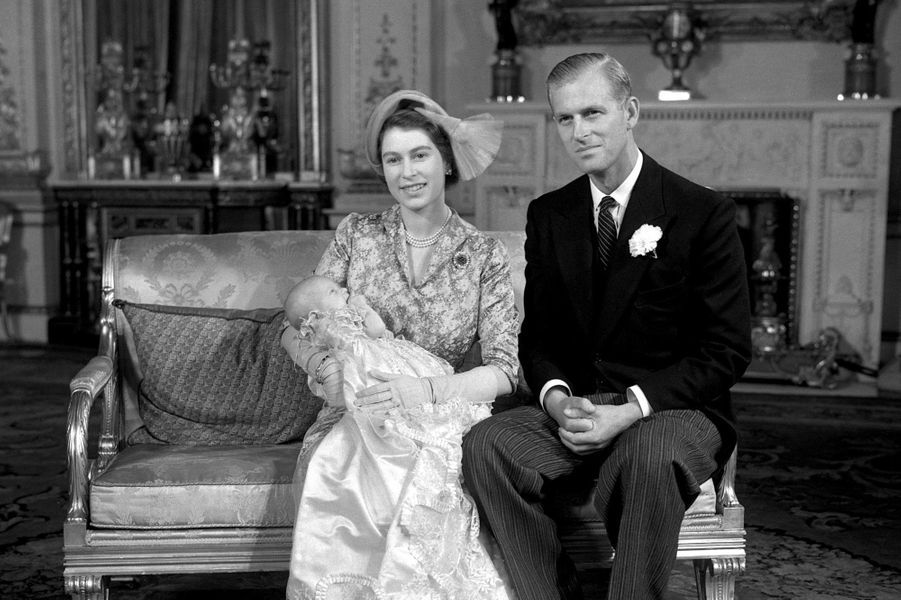 La princesse Elizabeth avec Philip et la princesse Anne pour son baptême (octobre 1950)