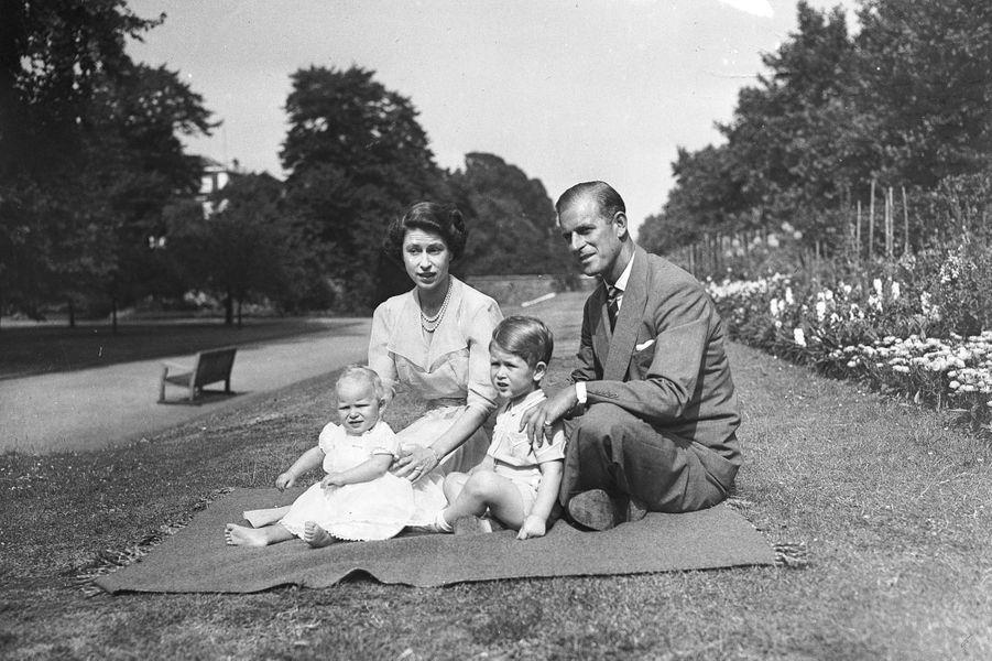 La princesse Elizabeth avec Philip, le prince Charles et la princesse Anne (août 1951)