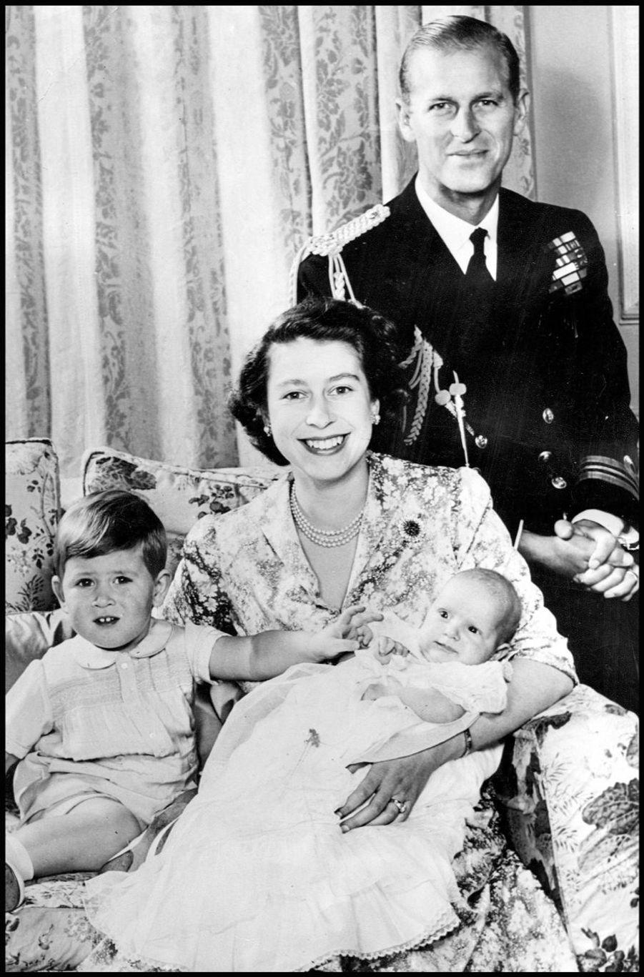 La princesse Elizabeth avec Philip, le prince Charles et la princesse Anne (janvier 1951)