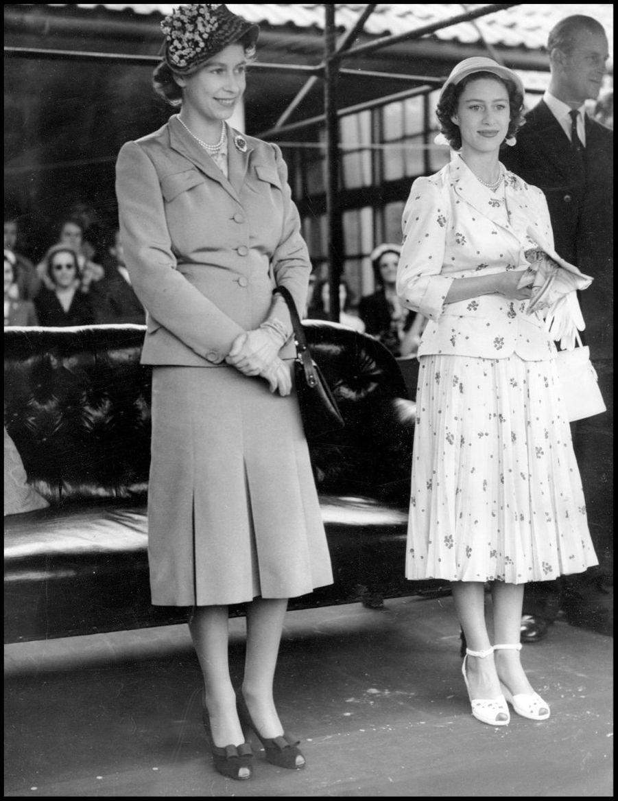 La princesse Elizabeth et sa soeur Margaret à un match de polo (juillet 1951)
