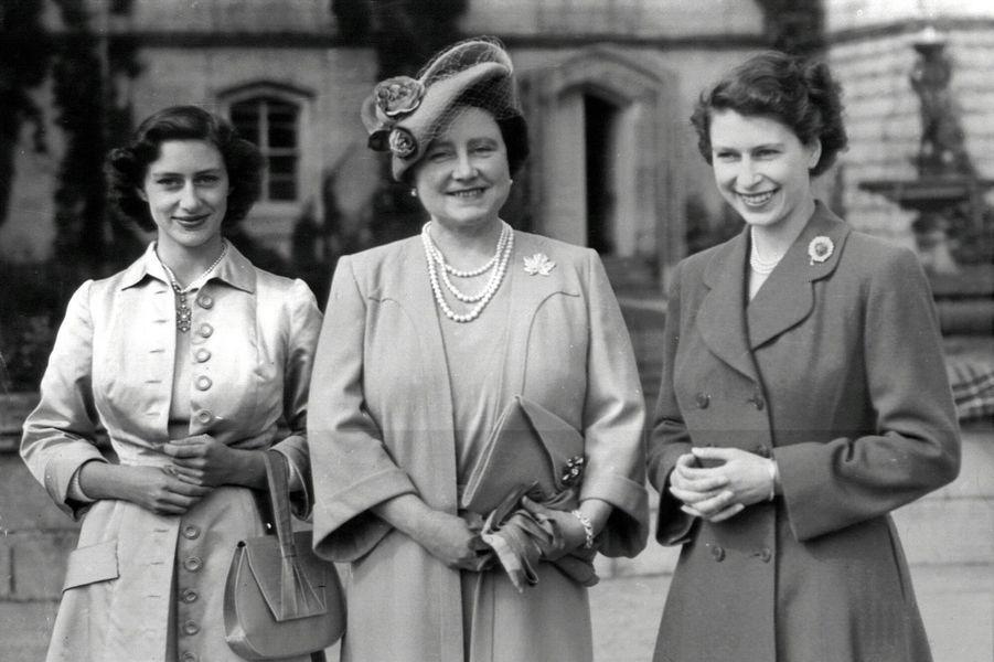 La princesse Elizabeth, sa soeur Margaret et leur mère Elizabeth à Balmoral (août 1951)