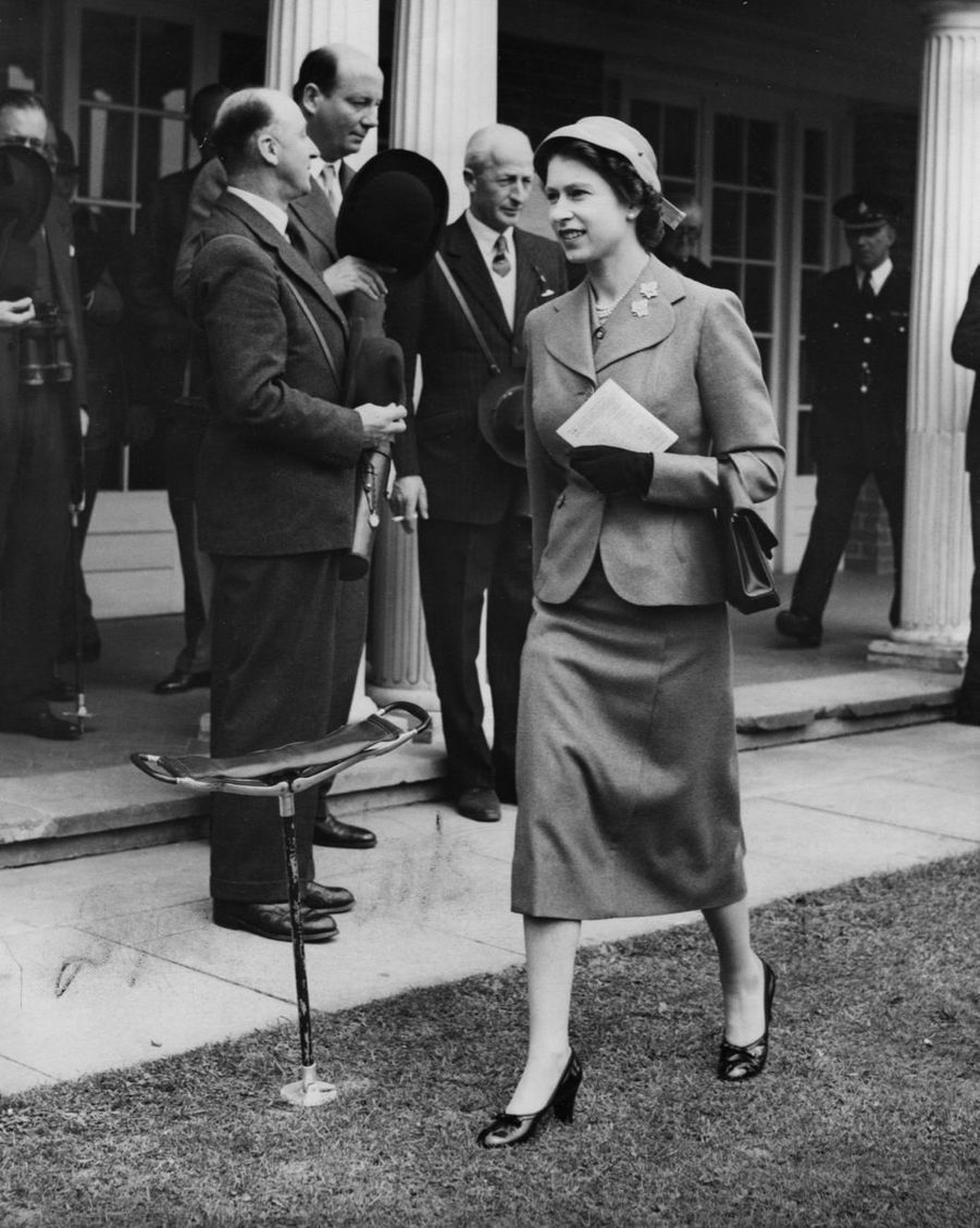 La reine Elizabeth II aux courses de chevaux (avril 1955)