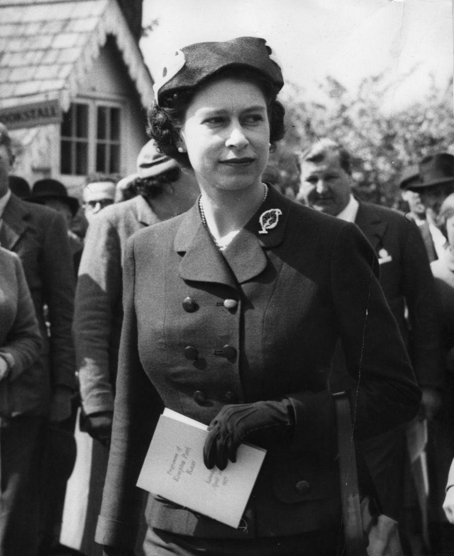 La reine Elizabeth II aux courses de chevaux (avril 1957)