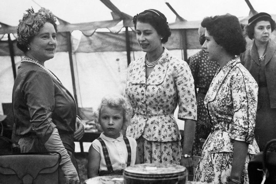 La reine Elizabeth II avec la princesse Anne, la princesse Margaret, et la reine-mère Elizabeth (août 1955)
