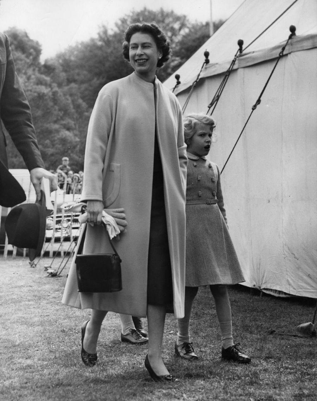 La reine Elizabeth II avec la princesse Anne (mai 1957)