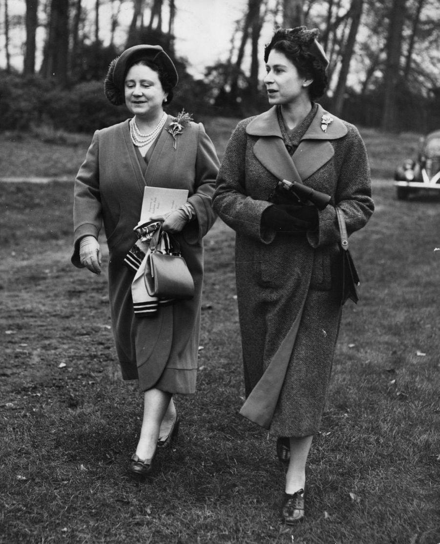 La reine Elizabeth II avec la reine-mère Elizabeth (novembre 1953)