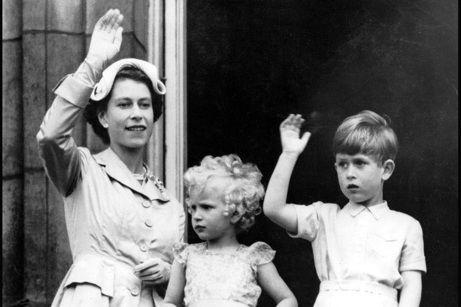 La reine Elizabeth II avec le prince Charles et la princesse Anne (mai 1954)
