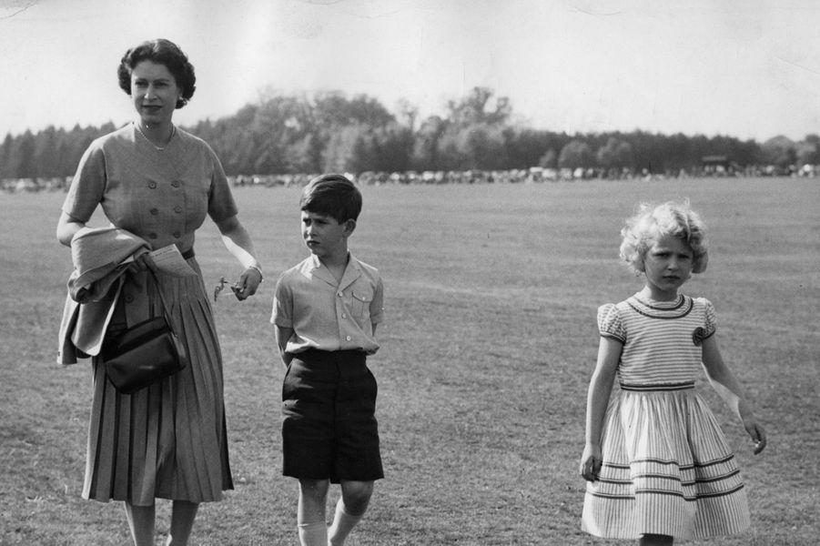 La reine Elizabeth II avec le prince Charles et la princesse Anne ( mai 1956 )