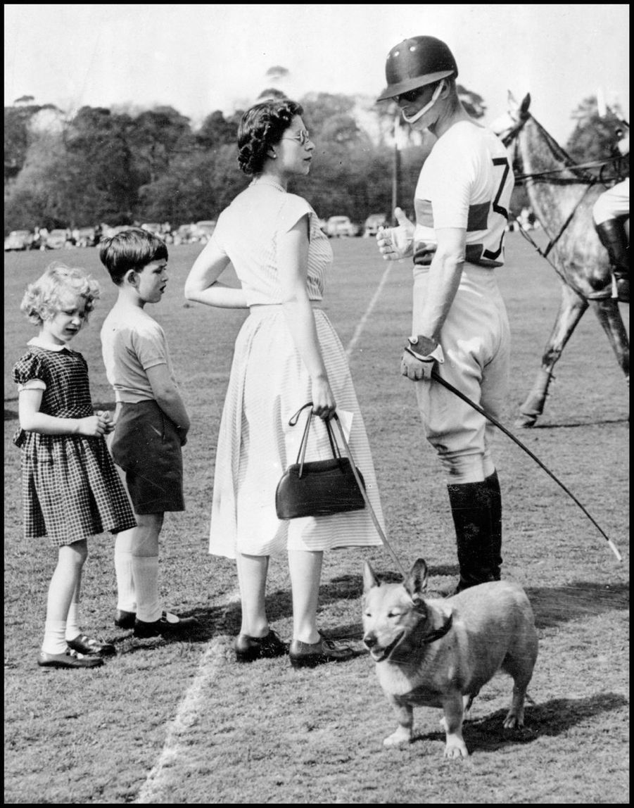La reine Elizabeth II avec le prince Philip, le prince Charles et la princesse Anne (1957)