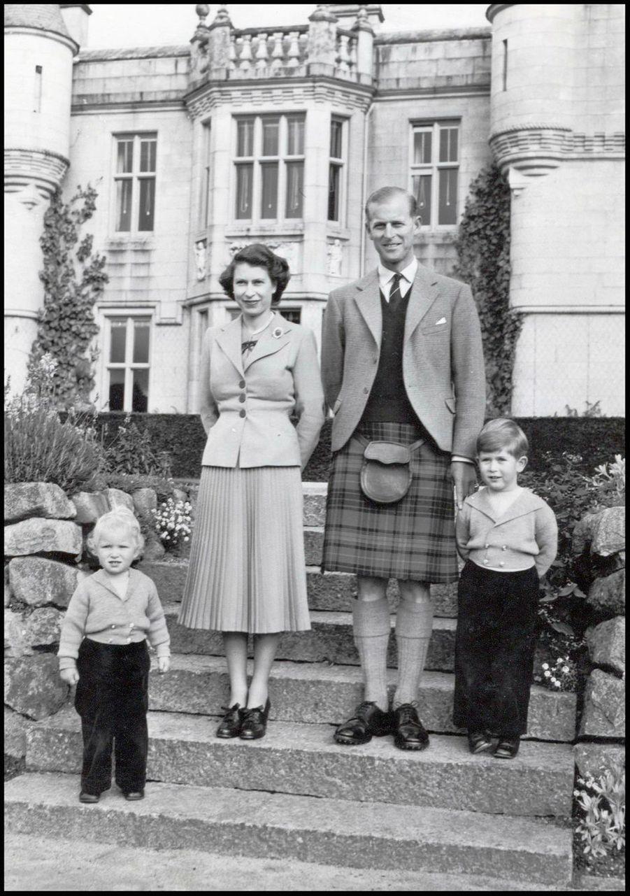 La reine Elizabeth II avec le prince Philip, le prince Charles et la princesse Anne (janvier 1953)