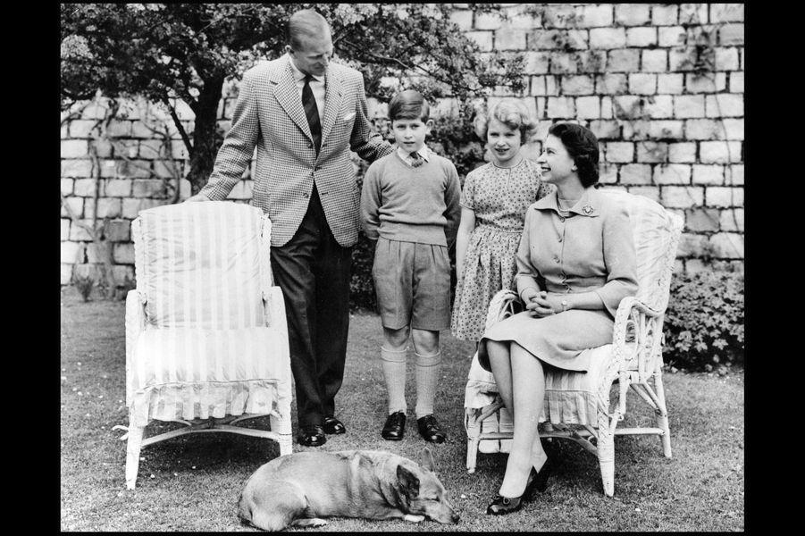 La reine Elizabeth II avec le prince Philip, le prince Charles et la princesse Anne (juin 1956)