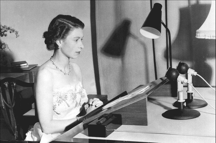 La reine Elizabeth II donne son message radio aux pays du Commonwealth (décembre 1953)
