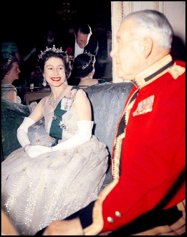 La reine Elizabeth II lors d'un bal à Hyde Park (1959)