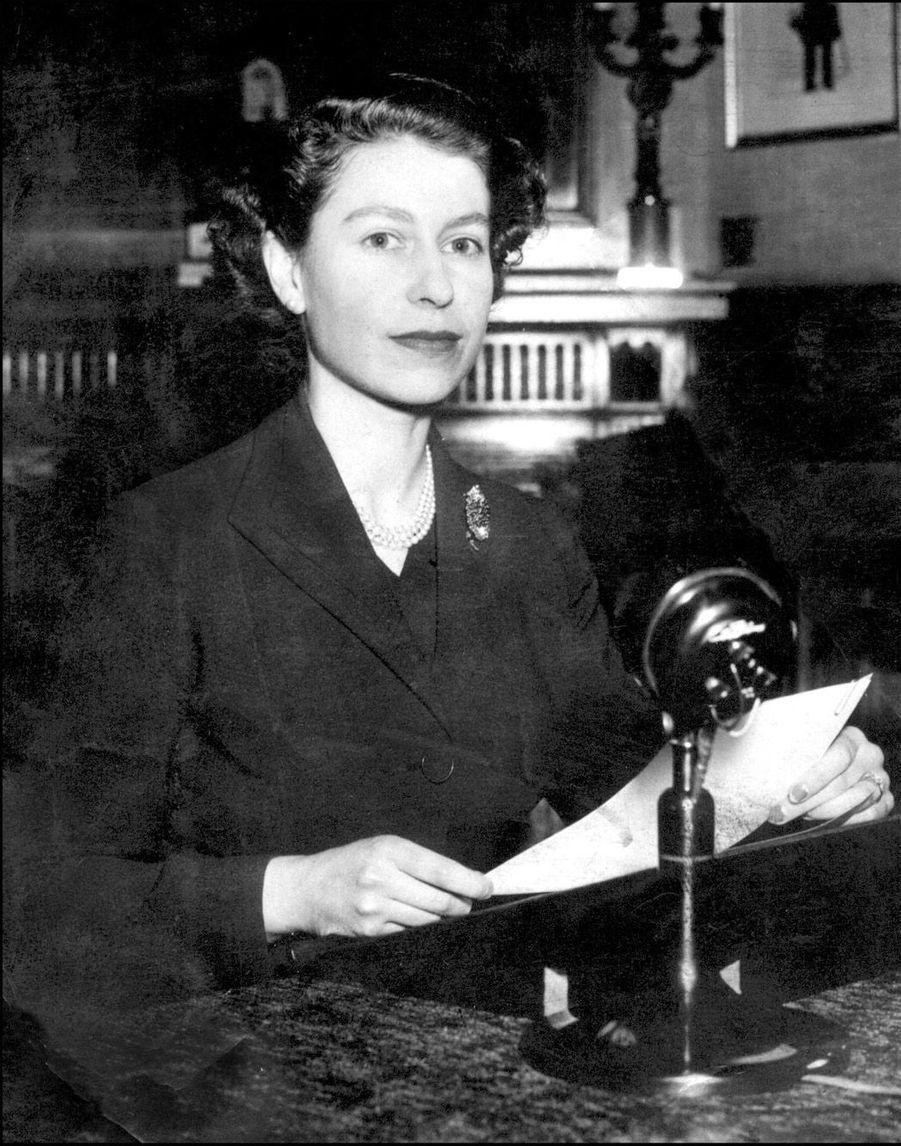La reine Elizabeth II lors de son premier message radio de Noël aux pays du Commonwealth (décembre 1952)