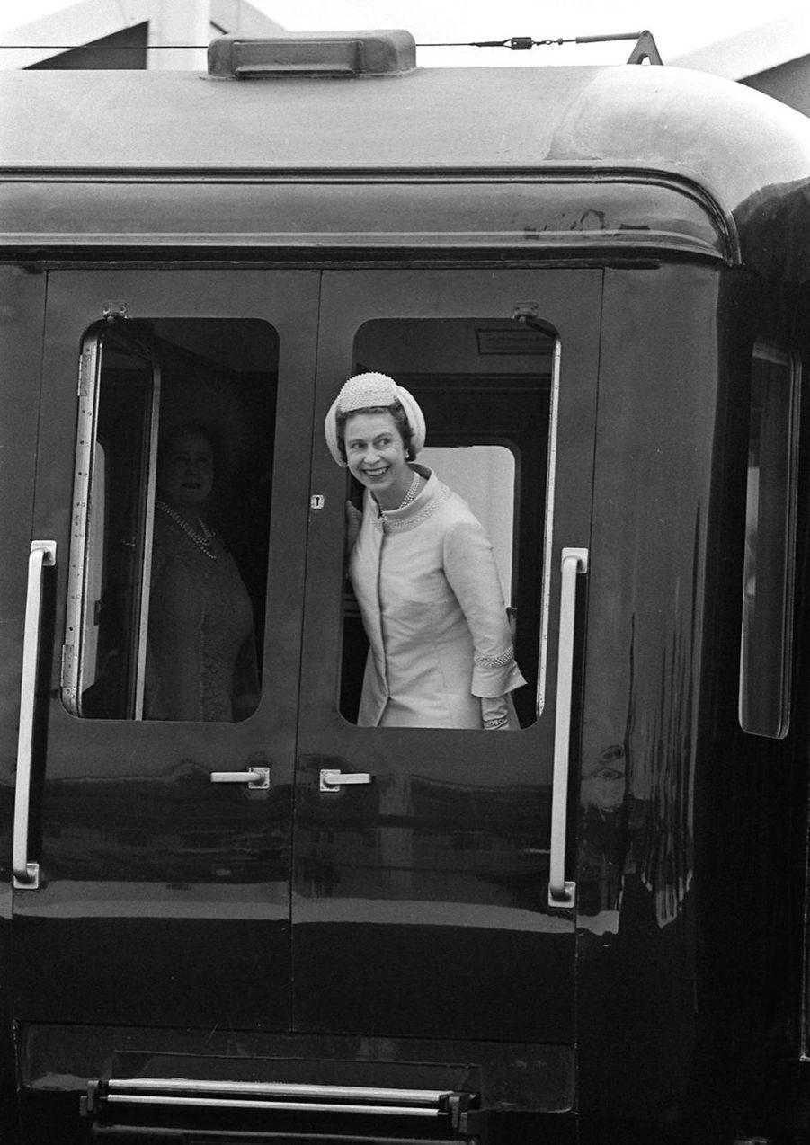 La reine Elizabeth II arrive en train au Château de Caernarfon, pour faire Charles prince de Galles (1er juillet 1969)
