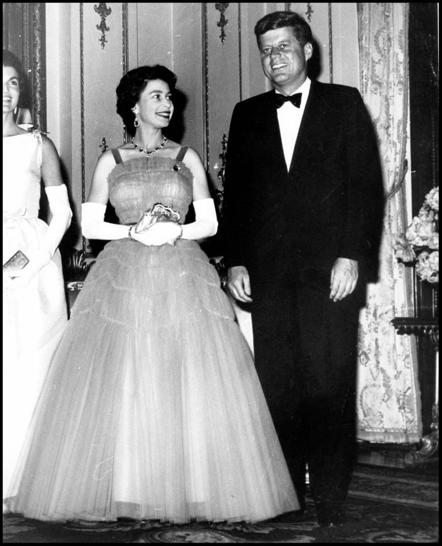 La reine Elizabeth II avec le président américain John F. Kennedy à Buckingham (juin 1961)