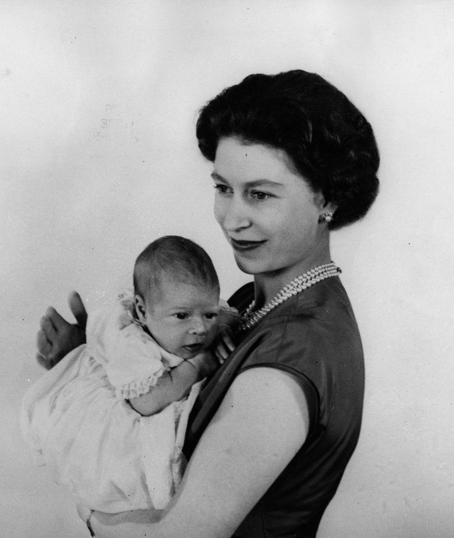 La reine Elizabeth II avec le prince Andrew à Buckingham (mars 1960)