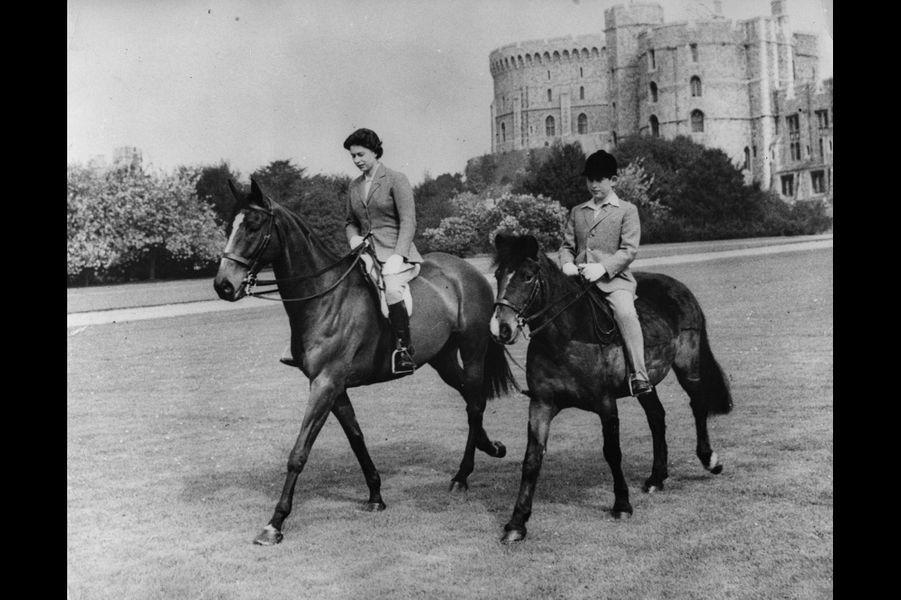 La reine Elizabeth II avec le prince Charles à Windsor (mai 1961)
