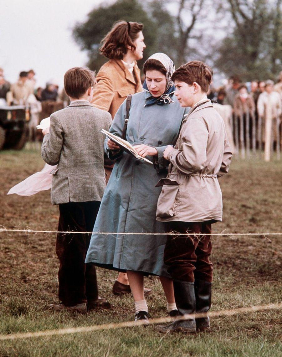 La reine Elizabeth II avec le prince Charles (mai 1961)