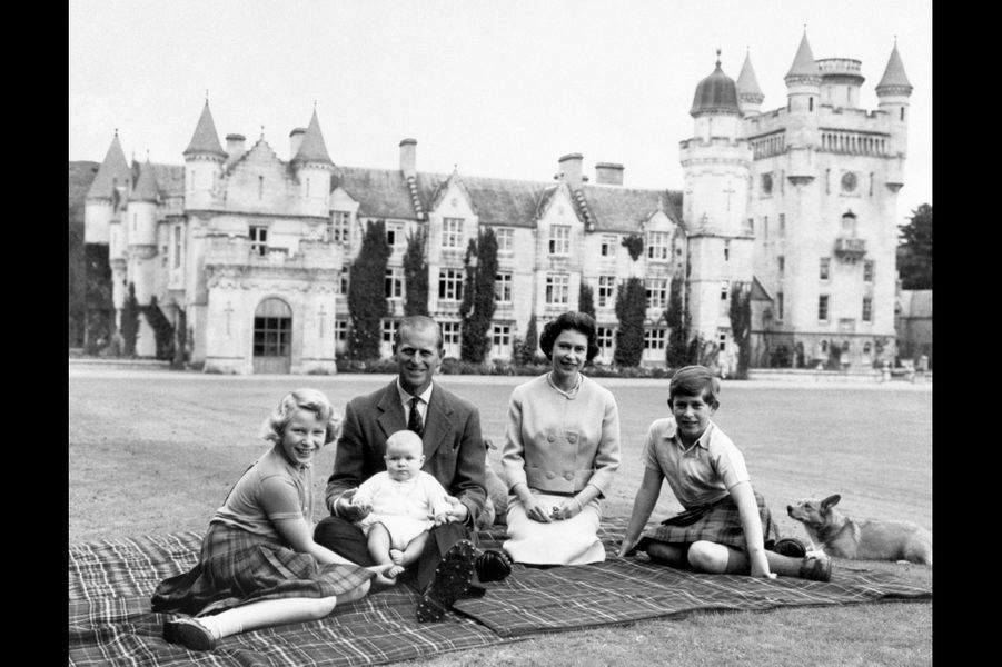 La reine Elizabeth II avec le prince Philip, le prince Charles, la princesse Anne, et le prince Andrew à Balmoral (septembre 1960)